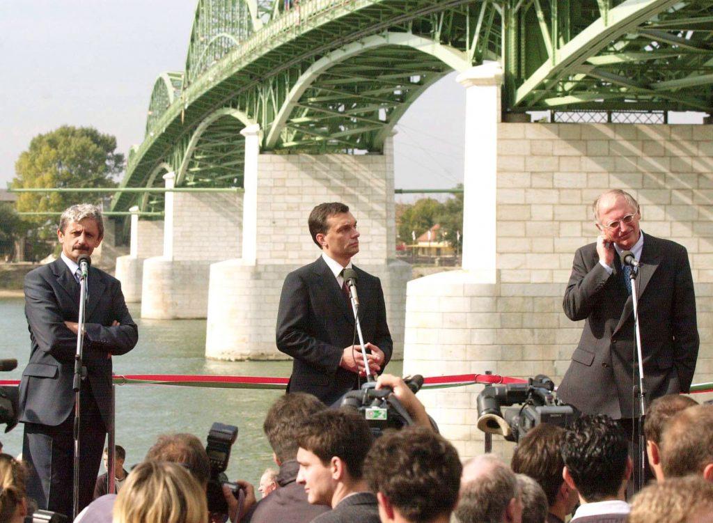 Mikuláš Dzurinda szlovák miniszterelnök (balra), Orbán Viktor magyar miniszterelnök (középen) és Günter Verheugen, az Európai Unió bővítési biztosa együtt adták át 1999-ben a párkányi Mária Valéria hidat. Fotó: TASR.