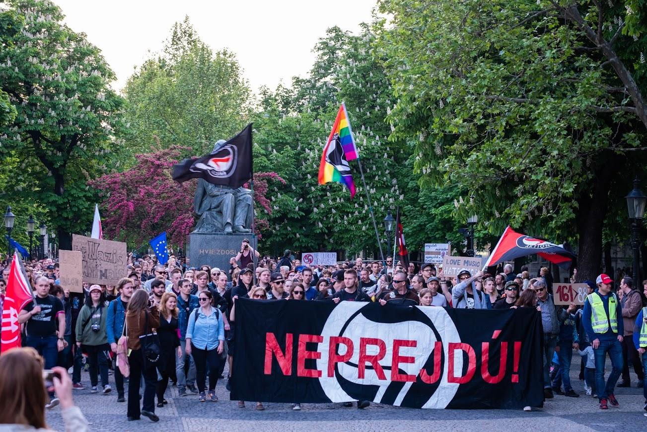A vezető képen a 2019 április 29-i Antifasiszta Mobilizáció nevű menetet látják a pozsonyi Hviezdoslav-téren. Fotó: Facebook, NE Rasizmu.
