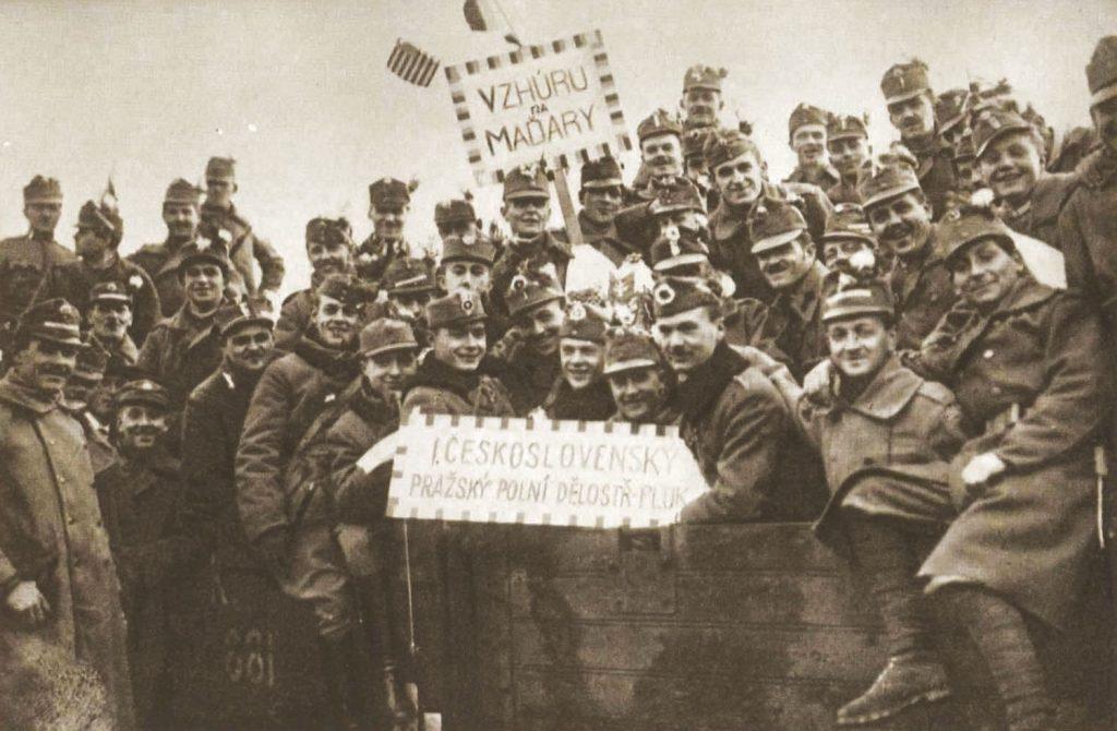 """""""Vzhůru na Maďary!"""" - Gyerünk a magyarokra! Adta ki a jelszót az I. csehszlovák prágai gyalogsági tüzérezred a magyar frontra való indulás előtt, 1919 január 1-én. Fotó forrása."""