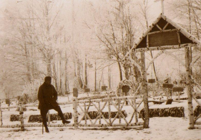 A vezető képen az 1917-ben kialakított uzvölgyi katonasírt látják. Fotó: Dr. Sándor Istvánné magánarchívuma, Erdélyi Napló.