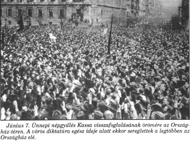 1919 június 7-én Budapesten Kassa visszafoglalásának örömére a kommunista vezetés alatt álló országban soha nem látott tömeg gyűlt össze az Országház-téren (későbbi Kossuth-tér). Az iskolákban ingyen kifliket oszogattak a gyerekeknek. Budapesten egész napos ünnepet tartottak, amely a Városi Színházban (ma: Erkel Színház) fejeződött be. Fotó.