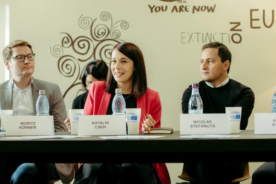 A magyarországi Momentum párt EP-képviselője, Cseh Katalin beszélt a Mentsétek meg Romániát (USR) párt eseményén Nicu Ștefănuță USR EP-képviselő meghívására Nagyszebenben, Romániában 2019 november 1-én. Fotó forrása: Nicu Ștefănuță Facebook oldala.