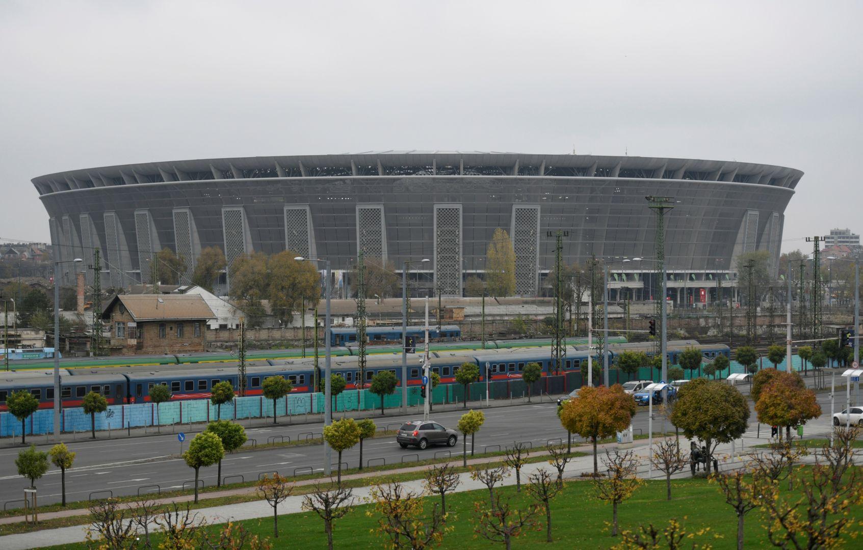 A vezető képen a mai magyar valóságot tekinthetik meg: a távolban a teljesen felesleges, túlárazott stadion, az előtérben a múlt századból itt maradt vonatok. A kép forrása: sport.sk