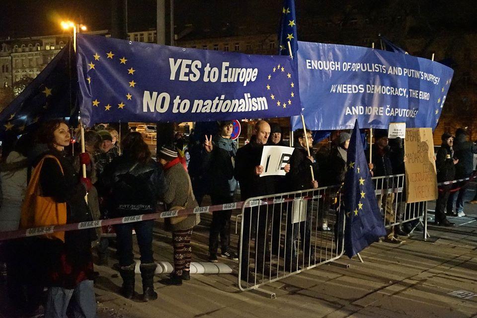 """""""Igen Európára, nem a nacionalizmusra!"""" és """"Elég a populistákból és Putyin bábjaiból, a V4-nek demokráciára, az euróra és több Čaputovára van szüksége"""" - ilyen és ehhez hasonló - EU-barát transzparensekkel várták Orbán Viktor magyar miniszterelnököt a prágai Állami Operaház ünnepélyes átadása előtt 2020 január 5-én, Prágában. Fotó: Tom Rimpel, """"Nem akarjuk Orbánt Prágában"""" elnevezésű Facebook csoport."""