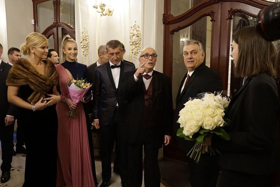 """Az """"Nem akarjuk Orbánt Prágában"""" elnevezésű gerillaakció fotósa több képet is készített a prágai Állami Opera előtti tüntetésről és az épületen belül is, ahol a magyar kormányfő lányával Andrej Babiš cseh kormányfővel, feleségéveel Monikával és lányukkal, Viviennel beszélget a felújított épületben. Fotó: Tom Rimpel, """"Orbána v Praze nechceme"""" Facebook."""