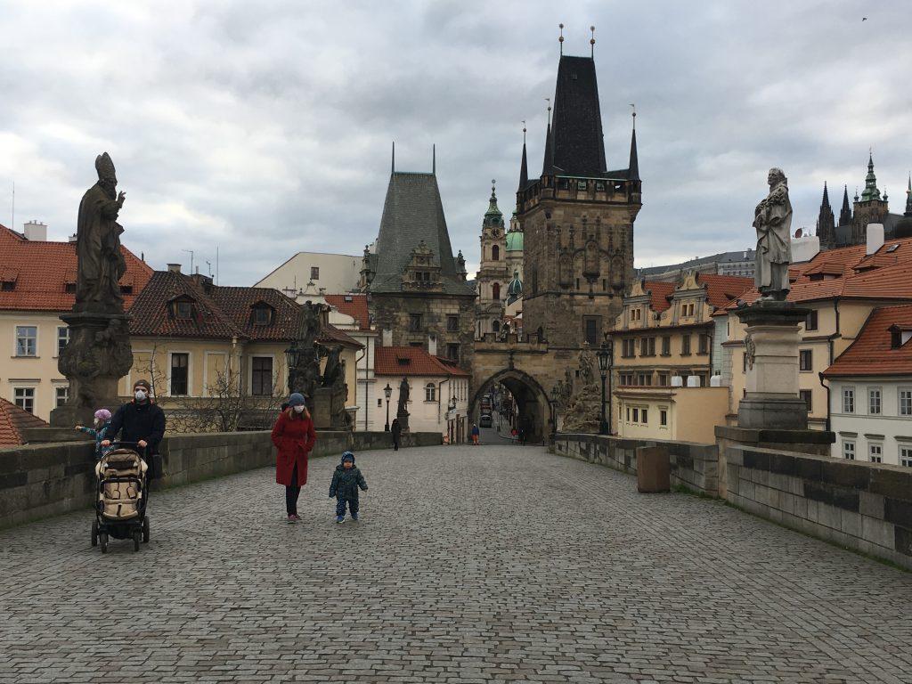 """Vezető képünkön az elnéptelenedett prágai Károly-híd """"budai hídfőjét"""" látják 2020 március 21-én szombaton a koronavírus világjárvány idején, a csehországi országos vesztegzár első hétvégéjén. Fotó: Atlatszo.hu"""
