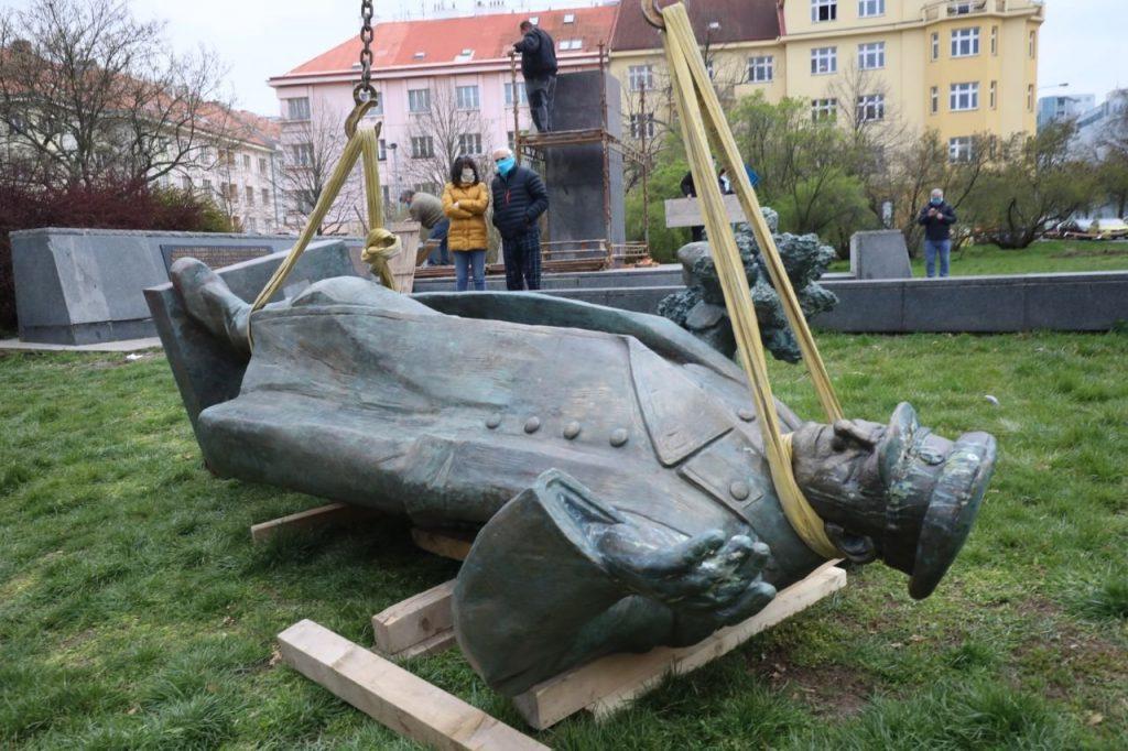 A ledöntött Konyev marsall szobor Prágában 2020 április 3-án, péntek reggel. Fotó: Facebook, Ondřej Kolář.