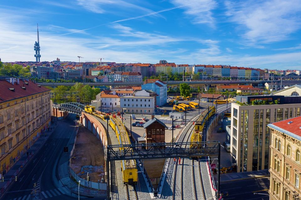 A fotón a felújított Negrelli viaduktot látják: jobbra a fővonal, amely Kladno felé vezet, balra az 1873-ban utólag hozzáépített szárnyvonal látható, amely Libeň városrész felé. Forrás: Strabag Česko, Facebook