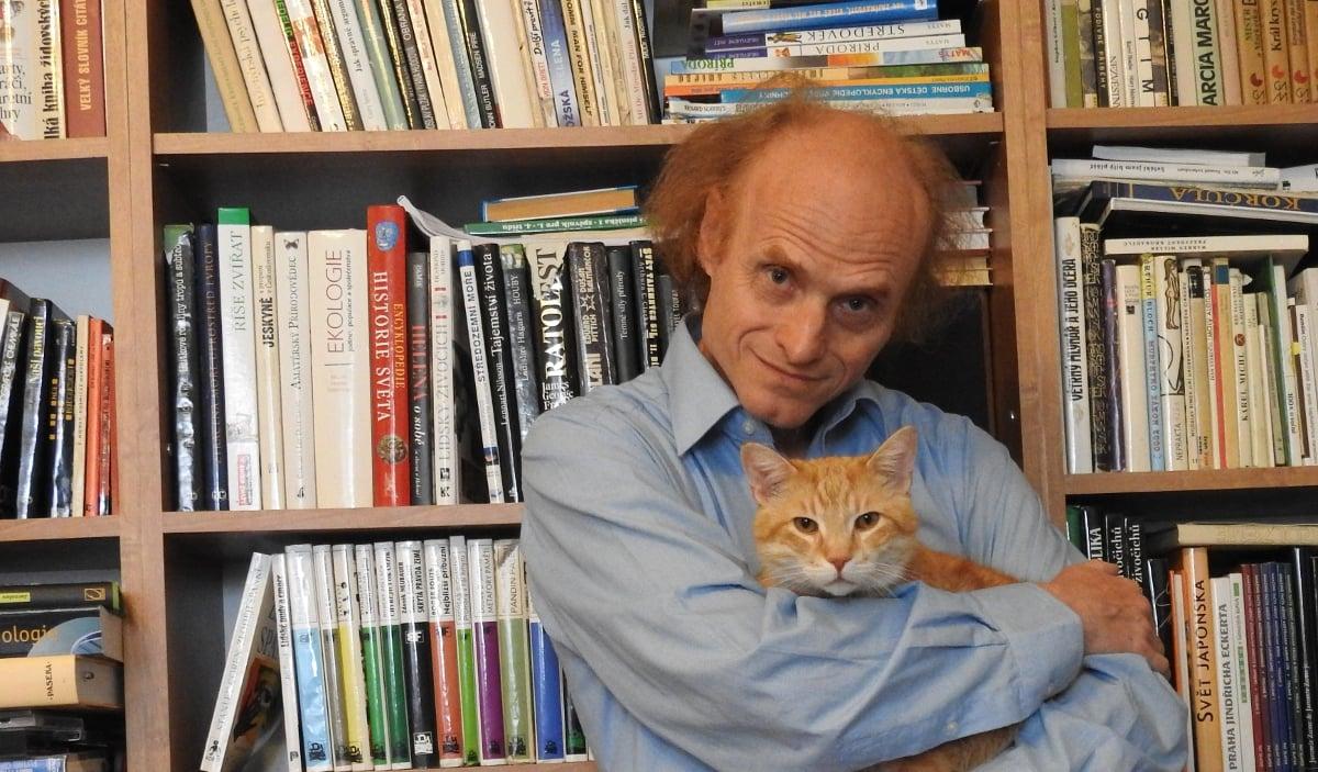 Vezető képünkön Jaroslav Flegr professzort látják otthoni környezetben Micík nevű macskájával. Kép forrása: Jaroslav Flegr, Facebook.