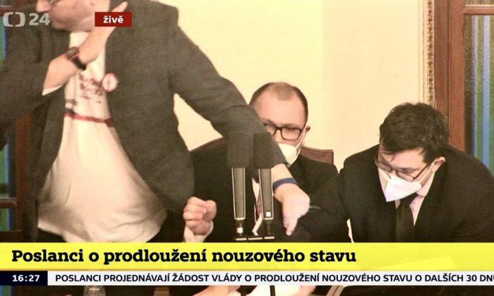Vezető képünkön a történelmi verekedés pillanatai a cseh parlament alsóházi termében 2021 január 21-én a csütörtök délutáni órákban. Screenshot, cseh köztévé.Vezető képünkön a történelmi verekedés pillanatai a cseh parlament alsóházi termében 2021 január 21-én a csütörtök délutáni órákban. Screenshot, cseh köztévé.