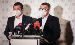 Vezető képünkön a cseh miniszterelnököt és belügyminisztert látják a szombat esti drámai bejelentés pillanatában. Fotó: rozhlas.cz.
