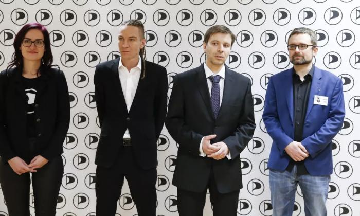 Vezető képünkön a Kalózpárt EP-képviselői pózolnak a pártelnökkel: Markéta Gregorová EP-képviselő, Ivan Bartoš pártelnök, Marcel Kolaja EP-képviselő, és Mikuláš Peksa EP-képviselő, a párt alelnöke. Foto: Petr Hloušek, Právo